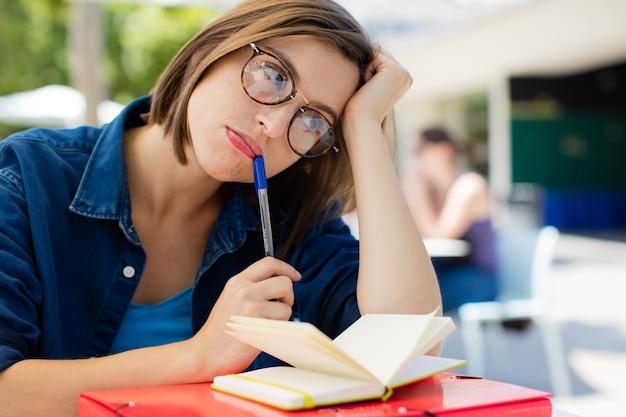 Jeune femme s'ennuie à l'université