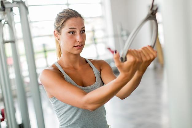 Jeune femme s'entraînant dans la salle de gym