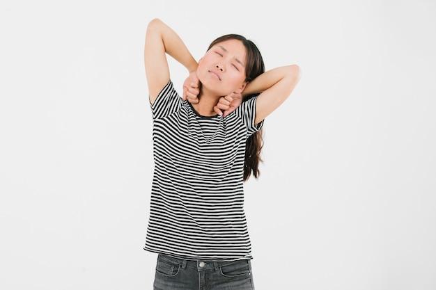 Jeune femme s'étire à cause de la fatigue