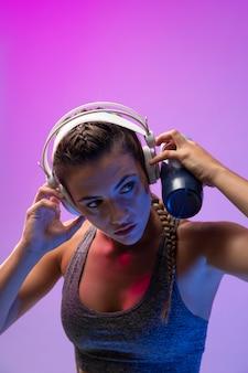 Jeune femme s'exerçant avec ses écouteurs dessus