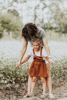 Jeune femme et sa fille aux cheveux bouclés