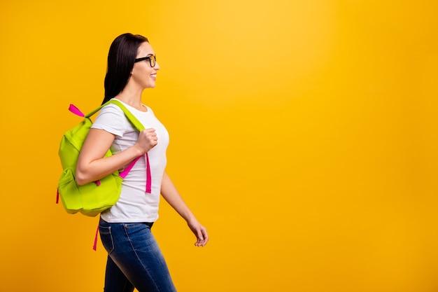 Jeune femme avec sac à dos et livres