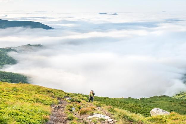 Jeune femme avec sac à dos voyage dans les montagnes