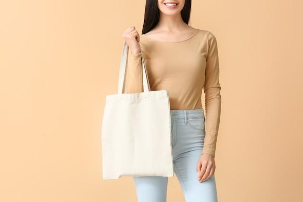 Jeune femme avec sac écologique
