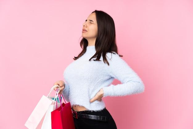 Jeune femme, à, sac shopping, isolé