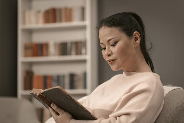 Jeune femme sage, lecture de vieux livre