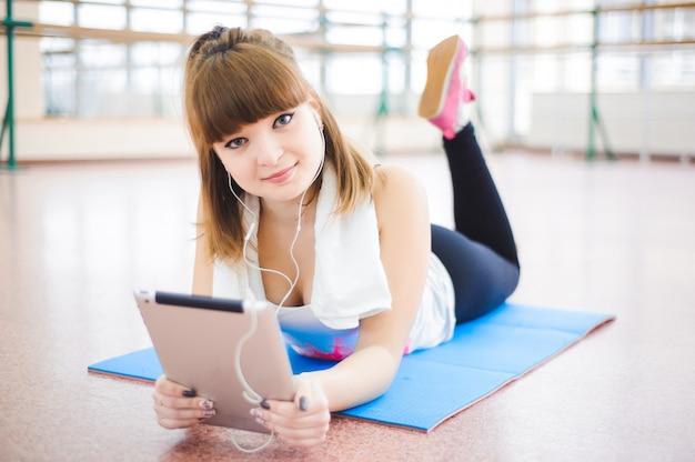 Jeune, femme saine, eau potable, dans, fitness
