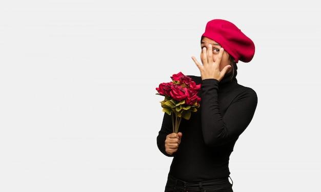Jeune femme en saint valentin se sent inquiet et effrayé