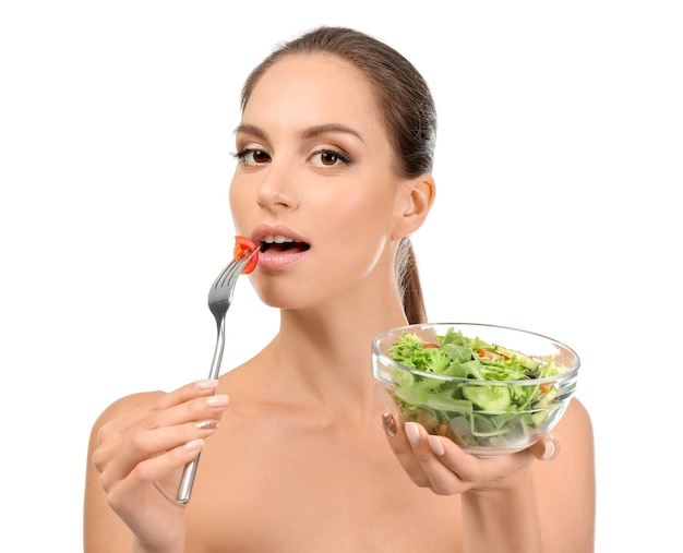 Jeune femme avec salade de légumes frais