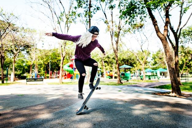 Jeune femme sautant olly skateboard concept