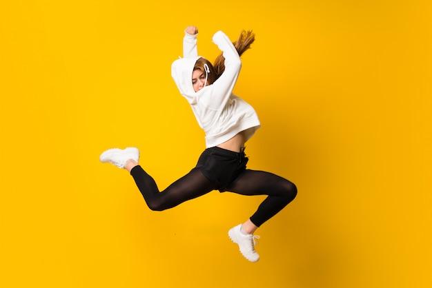 Jeune femme sautant