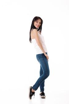 Jeune femme saute sur blanc