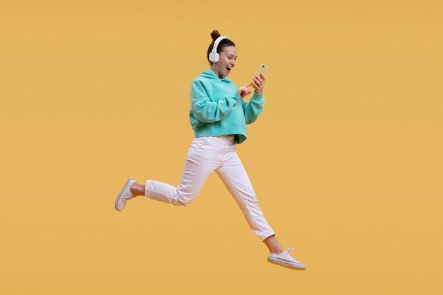 Jeune femme, sauter, isolé, sur, orange