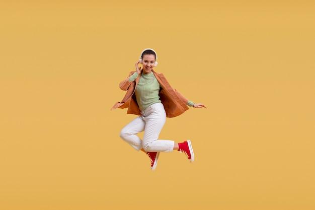 Jeune femme, sauter, seul