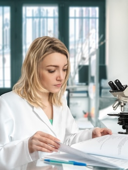 Jeune femme scientifique travaille dans un laboratoire moderne