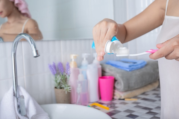 Jeune femme se brosser les dents.