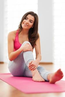 Jeune femme se détendre après l'entraînement
