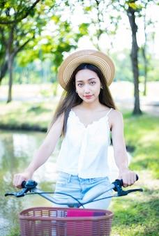 Jeune femme se détendre dans le parc naturel. vacances d'été dans le jardin.