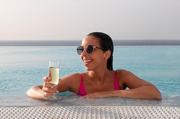 Jeune femme se détendre seule dans la piscine