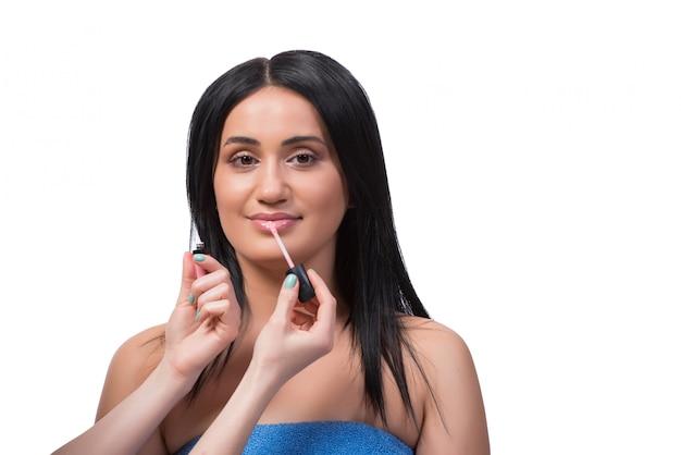Jeune femme se maquiller isolé