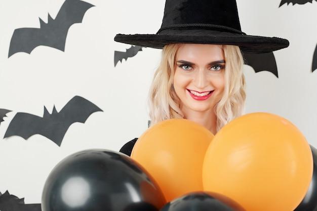 Jeune femme se préparant pour halloween
