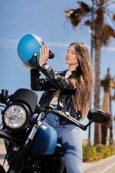 Jeune femme se préparant à rouler en moto dans la ville
