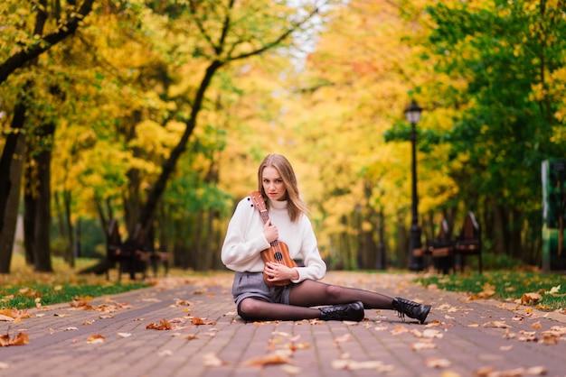 Jeune femme se protégeant du virus corona lorsqu'elle marche dans le parc. fond d'automne.