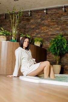 Jeune femme se relaxant près du spa