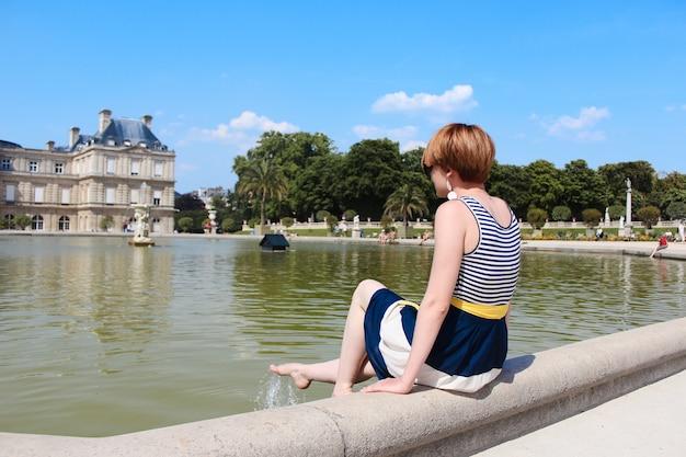 Jeune femme se reposer au jardin du luxembourg