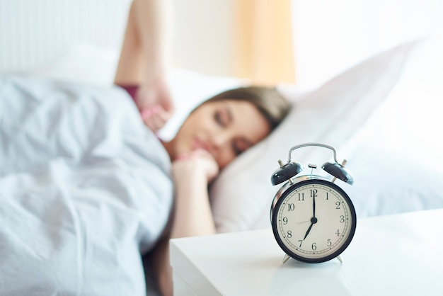 Jeune femme se réveillant