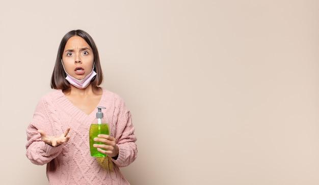 Jeune femme se sentant extrêmement choquée et surprise, anxieuse et paniquée, avec un regard stressé et horrifié
