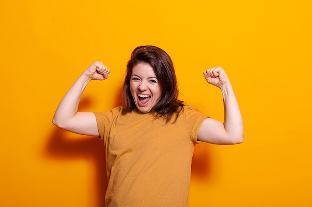 Jeune femme se sentant heureuse en dansant en studio