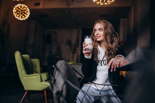 Jeune, femme, séance, chaise, intérieur, café