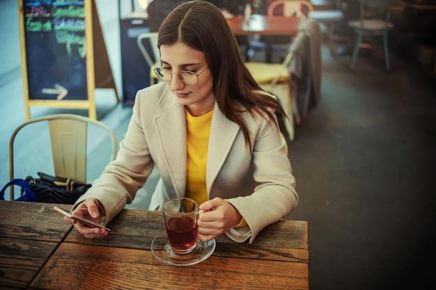 Jeune femme, séance, dans, bar
