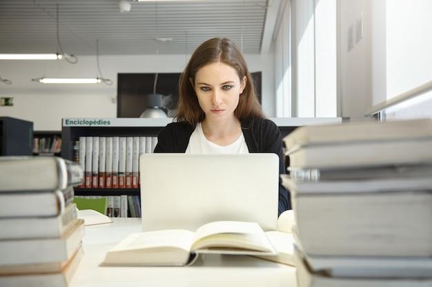 Jeune femme, séance, dans, bibliothèque