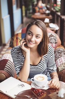 Jeune femme, séance, intérieur, dans, café urbain