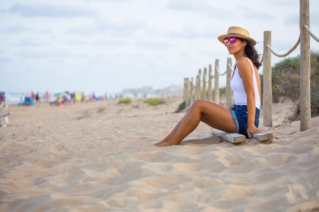 Jeune, femme, séance, plage