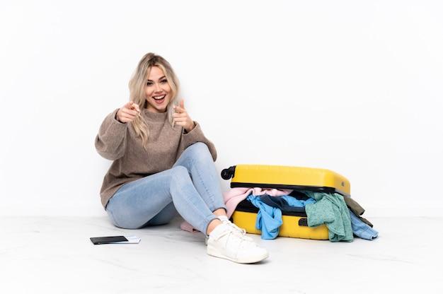 Jeune, femme, séance, plancher, valise