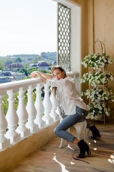 Jeune femme séduisante assise sur la terrasse