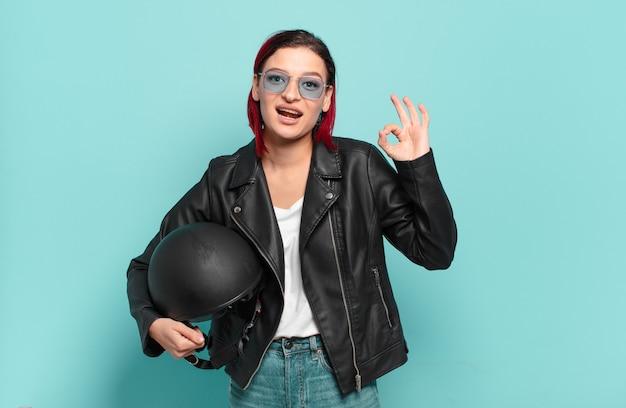Jeune femme séduisante aux cheveux roux se sentant heureuse
