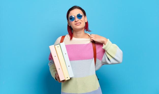 Jeune femme séduisante aux cheveux roux se sentant stressée