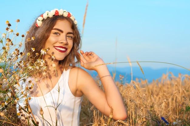 Une jeune femme séduisante en maillot de bain, posant dans un champ de fleurs