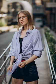 Jeune femme séduisante marchant dans la rue