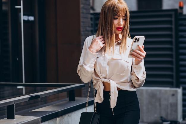 Jeune femme séduisante, parler au téléphone