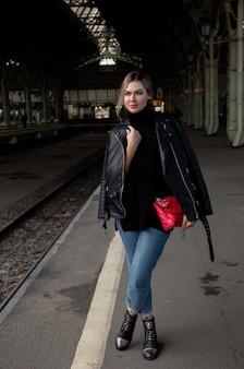 Jeune femme séduisante posant sur le quai de la gare
