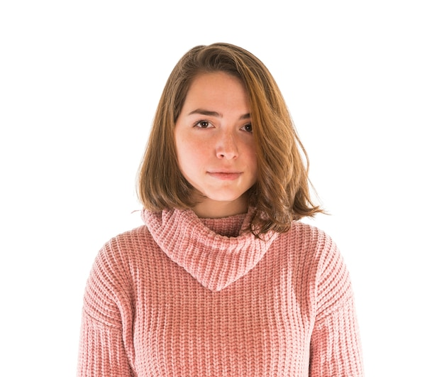 Jeune femme séduisante en pull rose isolé sur blanc
