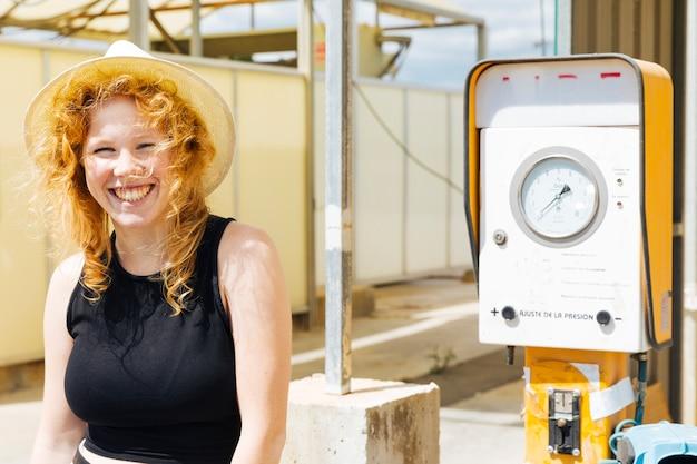 Jeune femme séduisante souriante et regardant la caméra
