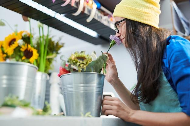 Jeune femme, sentir, fleurs, dans, magasin
