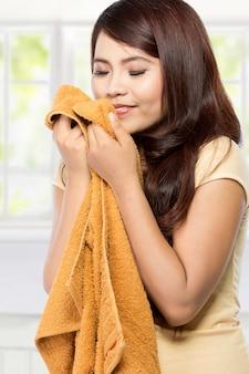 Jeune femme, sentir, propre, frais, lessive