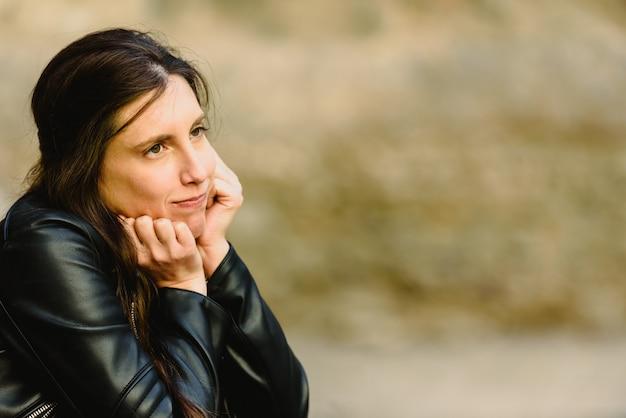 Jeune femme sérieuse et douteuse au visage incertain, ne se sentant pas sûre de prendre une décision, copie un espace libre pour le texte.
